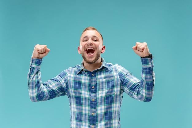 Vencendo sucesso homem feliz em êxtase comemorando ser um vencedor