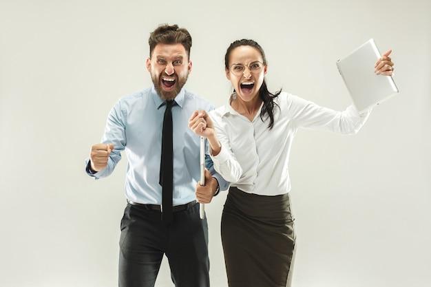 Vencendo sucesso mulher e homem feliz em êxtase comemorando ser um vencedor.