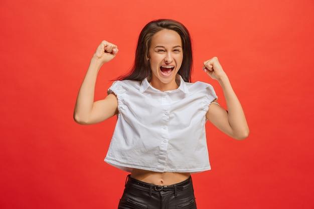 Vencendo sucesso mulher feliz em êxtase comemorando ser um vencedor. imagem energética dinâmica do modelo feminino
