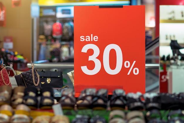 Venda 30% de desconto mock up anunciar configuração do quadro de exibição