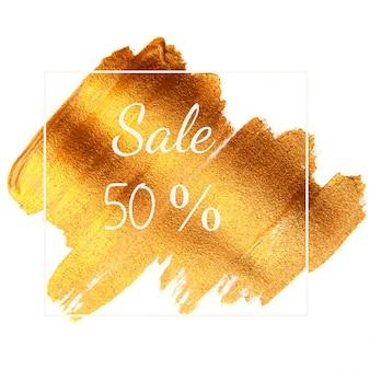 Venda 50% - texto na superfície verde dourada isolada no branco e no quadro.