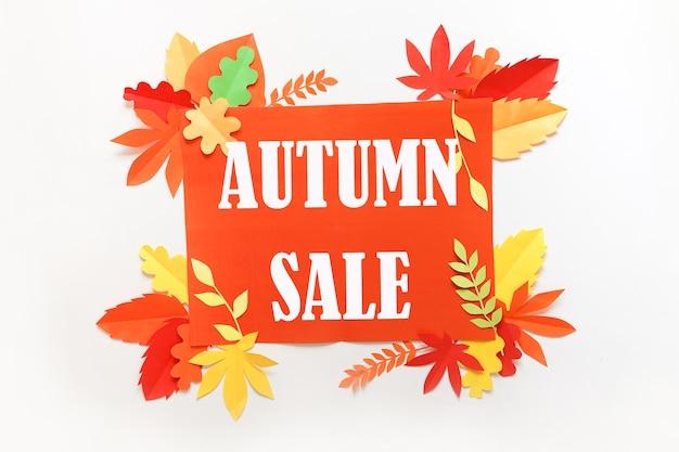 Venda autum. banner com desconto ou modelo de design de folheto com folhas de outono de papel em cartão kraft branco