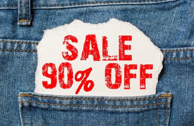 Venda com 80% de desconto em papel branco no bolso da calça jeans azul