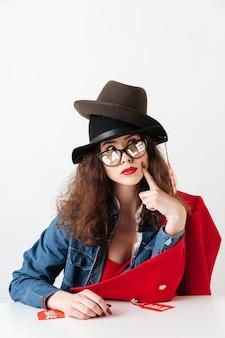Venda comercial mulher com sinais de venda, sentado à mesa