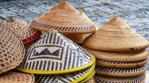 Venda de chapéus asiáticos no mercado da china. isto é uma lembrança popular