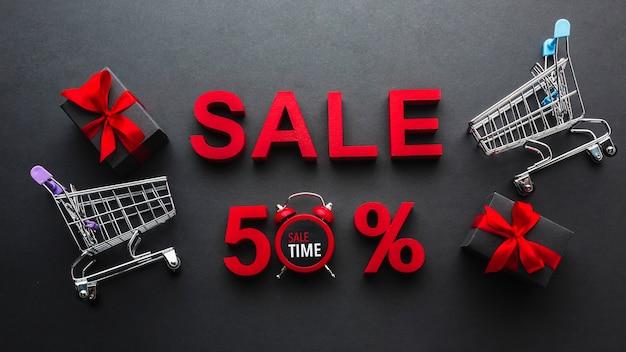 Venda de cinquenta por cento de desconto com carrinhos de compras