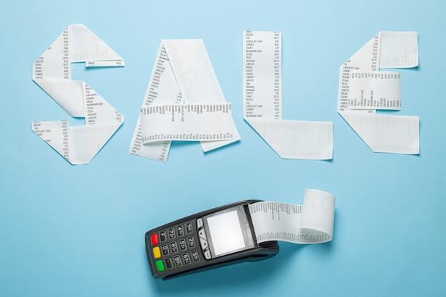 Venda de fatura de papel e terminal pic para pagamento em um fundo azul.