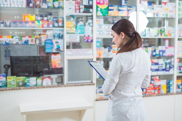 Venda de medicamentos em uma rede de varejo de farmácia