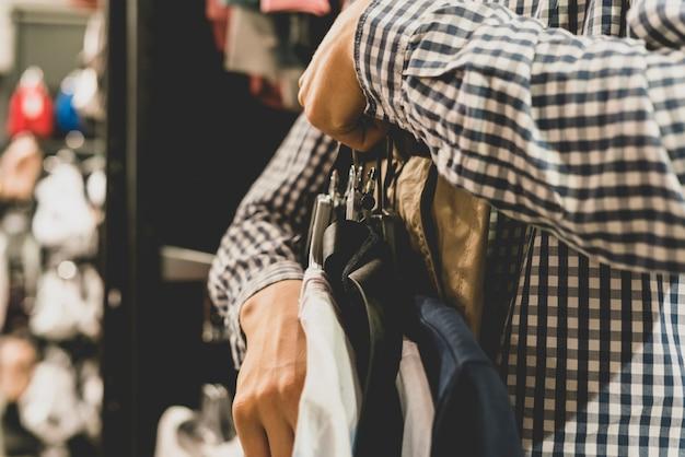 Venda de moda compras roupas loja conceito com um tom vintage