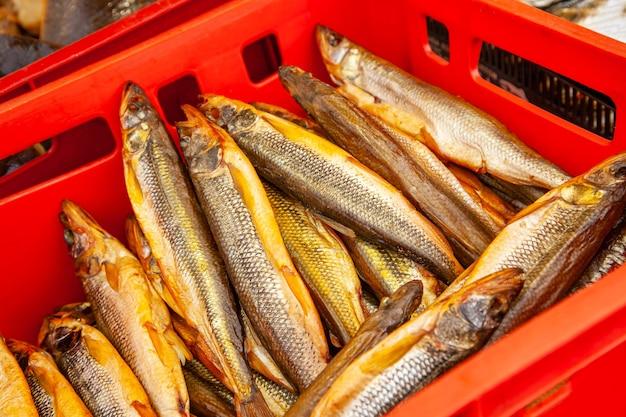 Venda de peixe kamchatka fumado. frutos do mar do extremo oriente, peixe defumado natural - salmão com cheiro no mercado de natal da cidade.