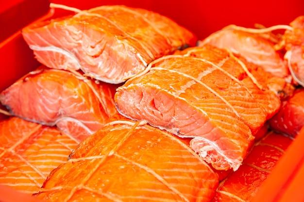 Venda de peixe kamchatka fumado. frutos do mar do extremo oriente, peixe defumado natural - salmão sockeye no mercado de natal da cidade.