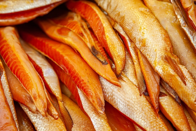 Venda de peixe kamchatka fumado. frutos do mar do extremo oriente, peixes defumados naturais - barrigas de salmão chinook no mercado de natal da cidade.
