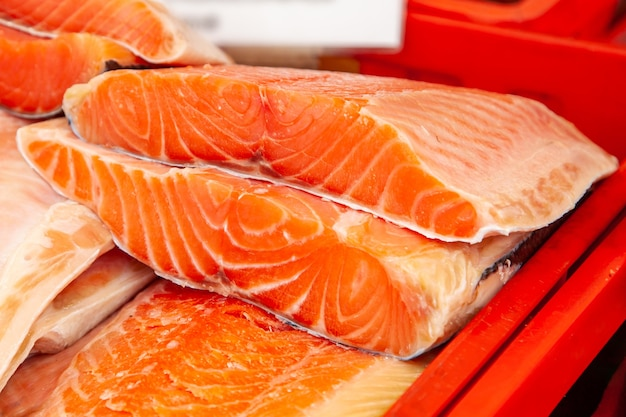 Venda de peixe kamchatka fumado. frutos do mar do extremo oriente, peixes defumados naturais - salmão chinook no mercado de natal da cidade.