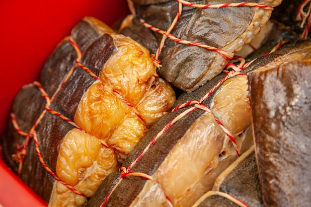 Venda de peixe kamchatka fumado. frutos do mar do extremo oriente, peixes defumados naturais - salmão halibute no mercado de natal da cidade.