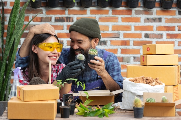 Venda de plantas online; casais sorrindo enquanto cultivam plantas