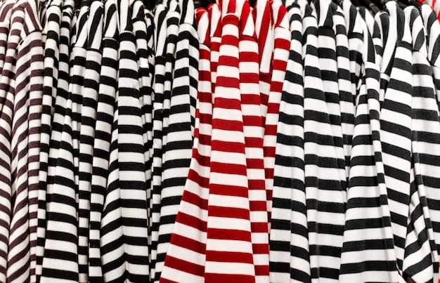 Venda de roupas na loja textura de camisetas listradas com listras vermelhas e pretas