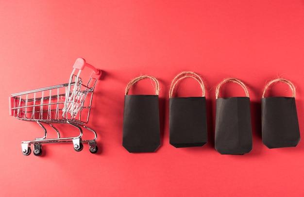 Venda de sexta-feira preta sacolas de compras pretas e carrinho de compras.