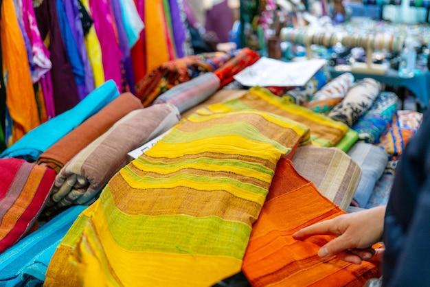 Venda de tecidos multicoloridos na loja.