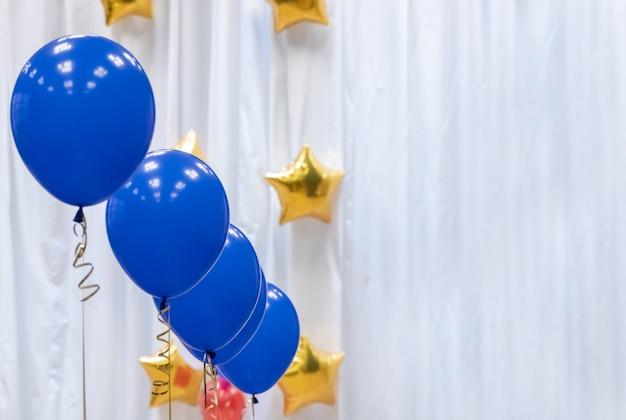 Venda decorada festiva com balões de hélio de tom azul
