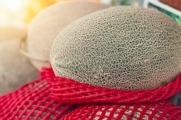 Venda japonesa do melão da fruta no mercado. mais popular aroma frutado no japão na temporada de verão.