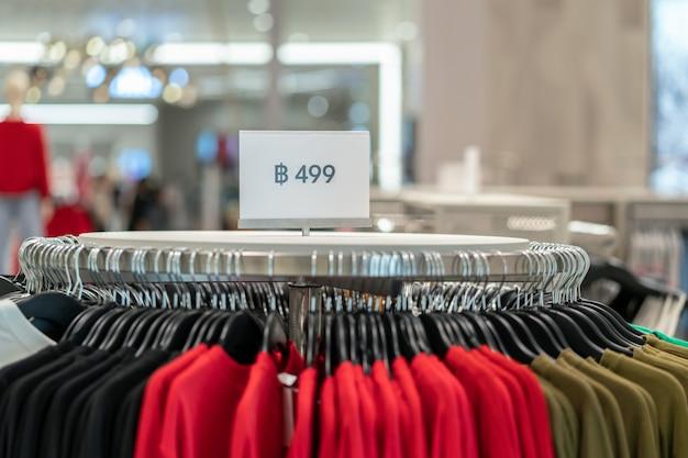 Venda off mock up anunciar configuração do quadro de exibição sobre a linha de roupas na loja de compras