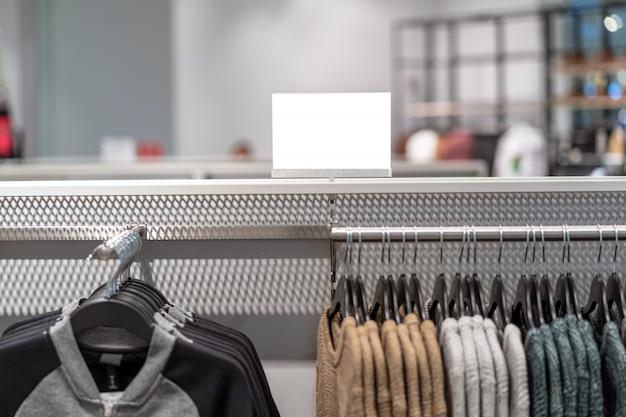 Venda off mock up anunciar configuração do quadro de exibição sobre a linha de roupas na loja de departamento