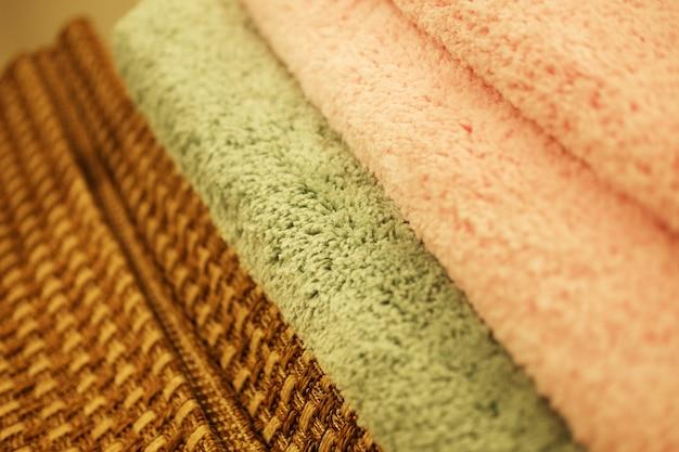Venda variedade de tapetes diferentes na loja. fechar imagem