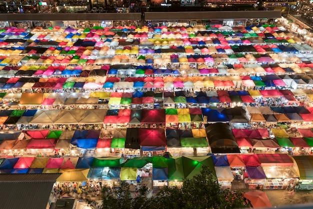 Vendas coloridas de mercado de segunda mão em bangkok