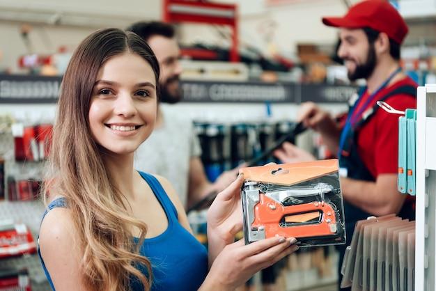 Vendedor com clientes na loja de ferramentas de poder.