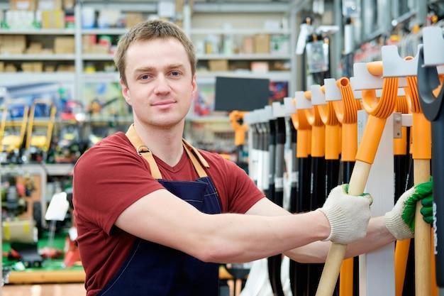 Vendedor com ferramentas de equipamento na loja