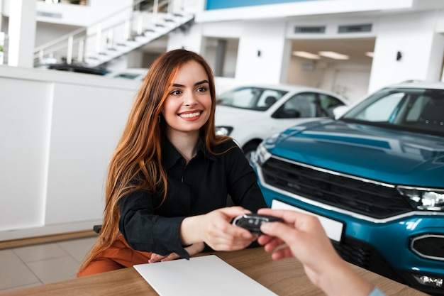 Vendedor dá ao cliente do sexo feminino a chave
