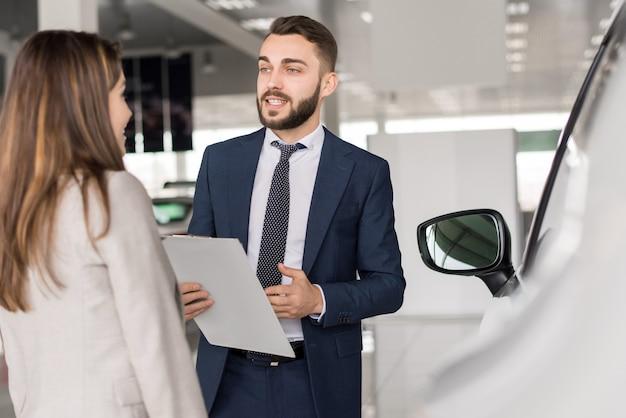 Vendedor de carro bonito vendendo carros