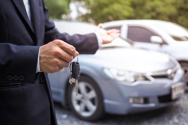 Vendedor de carros e serviço de teste de condução
