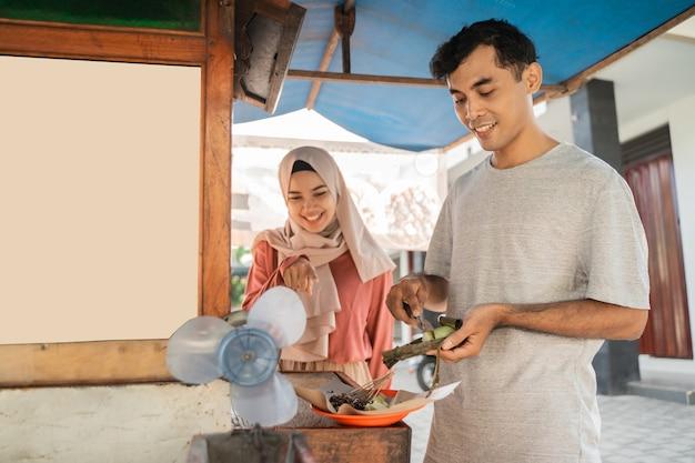 Vendedor de comida de rua para homens e mulheres