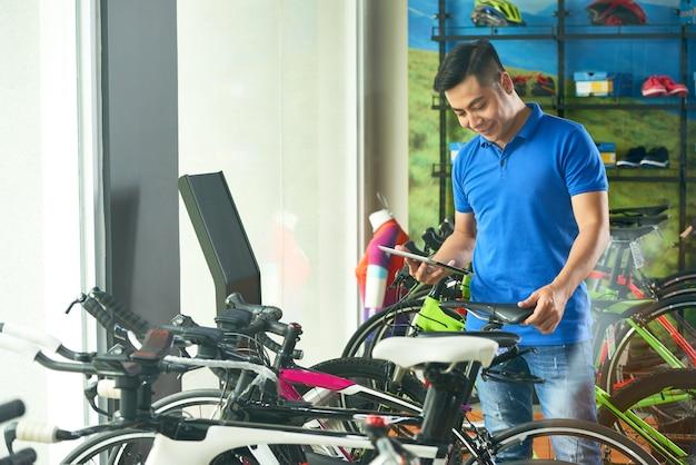 Vendedor de loja de bicicletas