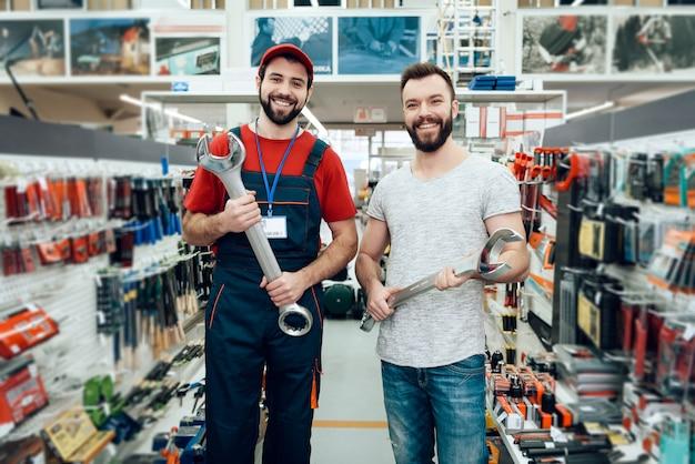 Vendedor e comprador está segurando novas chaves gigantes