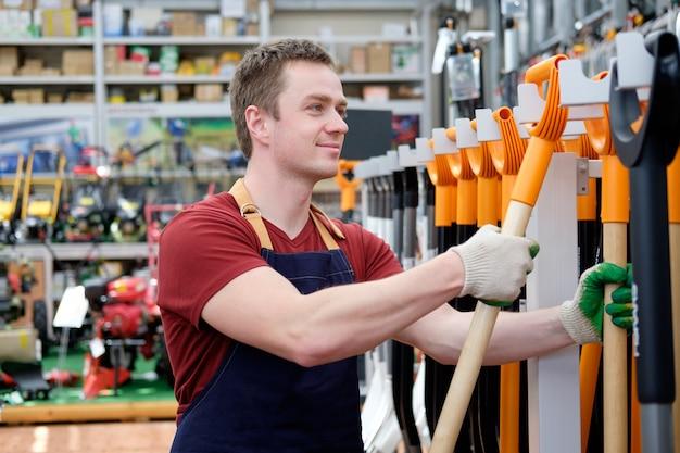 Vendedor em loja de ferramentas para equipamentos de construção