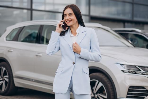 Vendedor feminino em um showroom de automóveis
