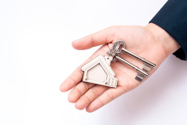 Vendedor home que guarda a tecla home. conceito para negócios imobiliários.