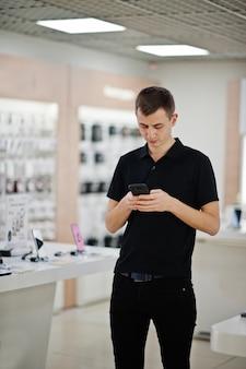 Vendedor homem telefone móvel consultor profissional na loja ou loja de tecnologia.