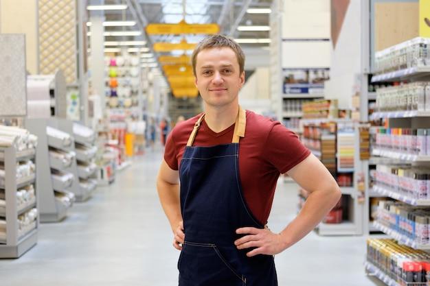 Vendedor na construção super loja