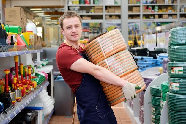 Vendedor na loja de ferramentas de equipamentos de construção no trabalho