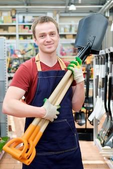 Vendedor na loja de ferramentas para equipamentos de construção no trabalho