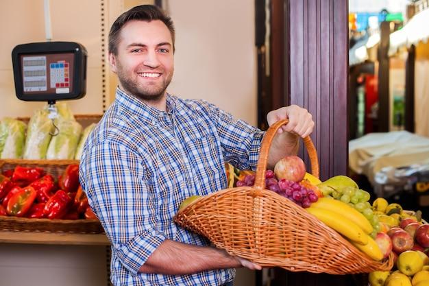 Vendedor sugere comprar frutas maduras.