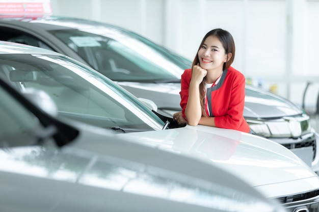 Vendedora asiática, auto negócio, venda do carro, gesto e conceito dos povos - mulher de negócios feliz.