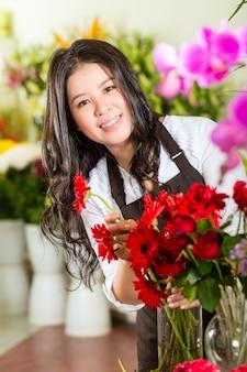 Vendedora chinesa em uma loja de flores