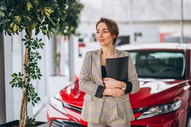 Vendedora de carro em um showroom de carro
