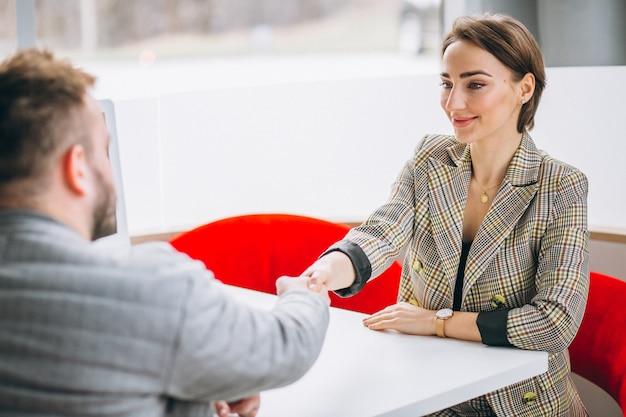 Vendedora de carro falando com o cliente