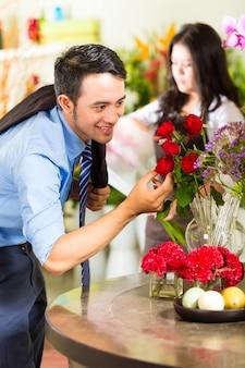 Vendedora e cliente na loja de flores
