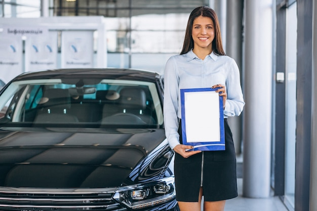 Vendedora em um showroom de carros